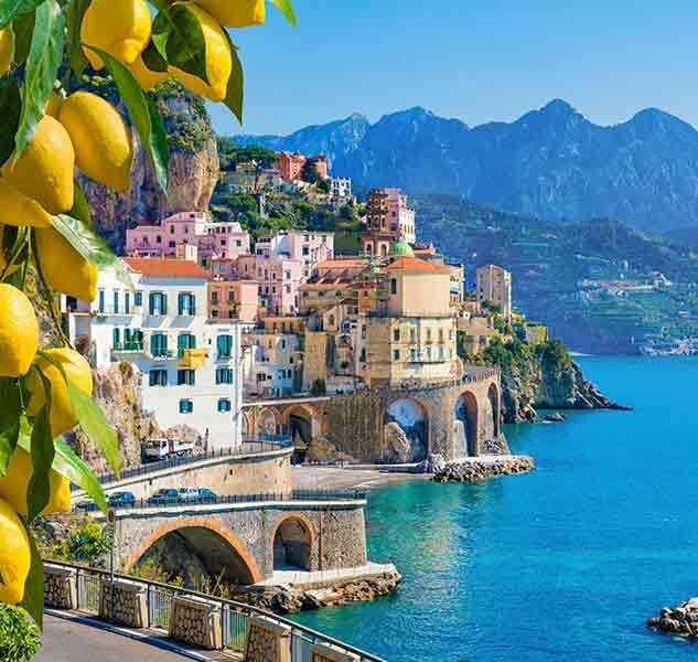 Amalfi Küste mit Amalfi Zitronen im Vordergrund