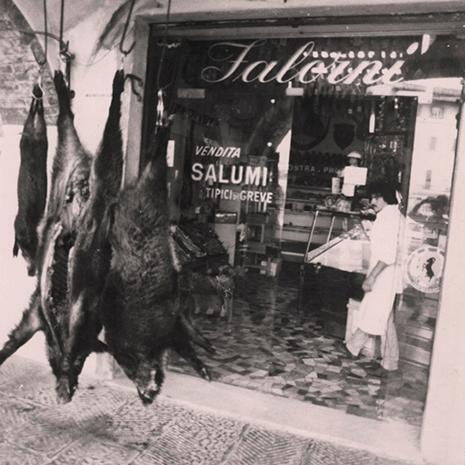 Erlegte Wildschweine aus der Toskana vor der Metzgerei Falorni