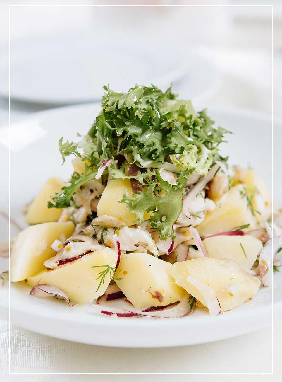 Lauwarmer Kartoffelsalat mit geräuchter Makrele