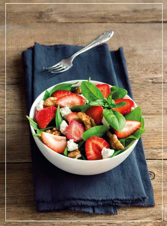 Erbeere-Spinat-Salat mit Walnüssen und Feta