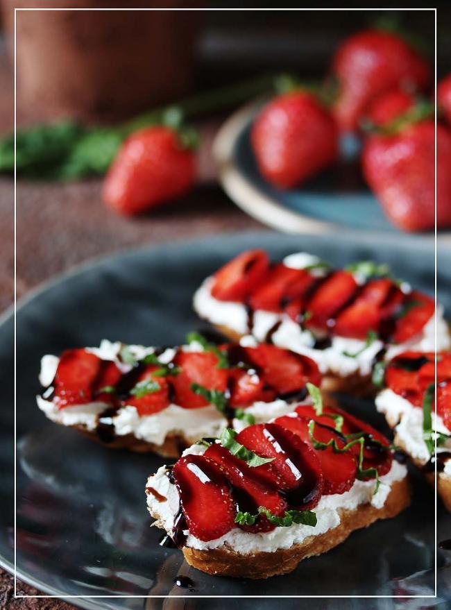 Brot mit Erdbeeren und Balsamicocreme