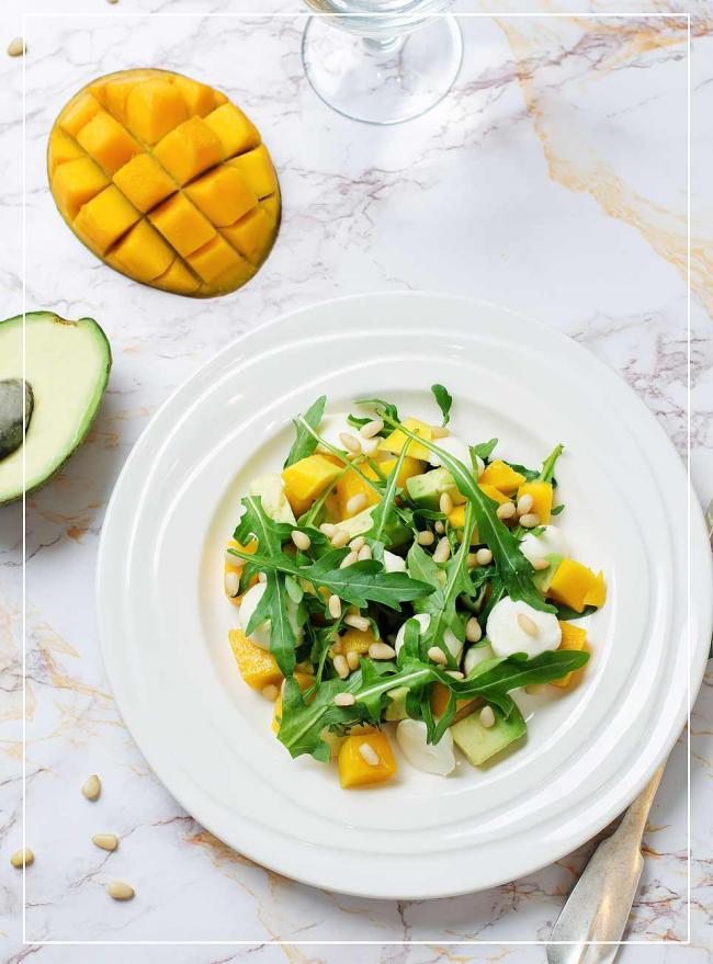 Mango-Avocado-Rucola-Salat mit Pinienkernen