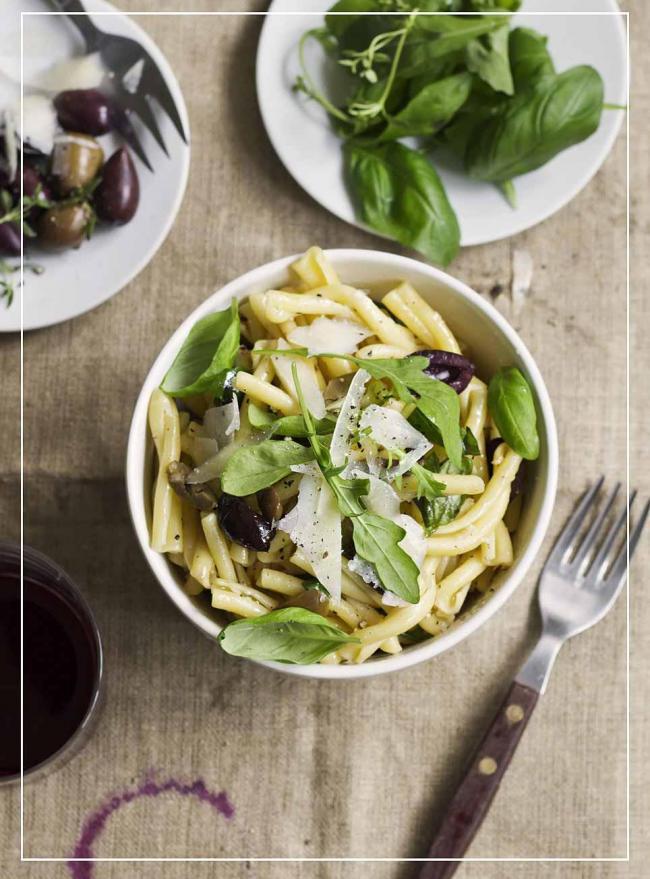Nudelsalat mit Basilikumdressing und Parmesan