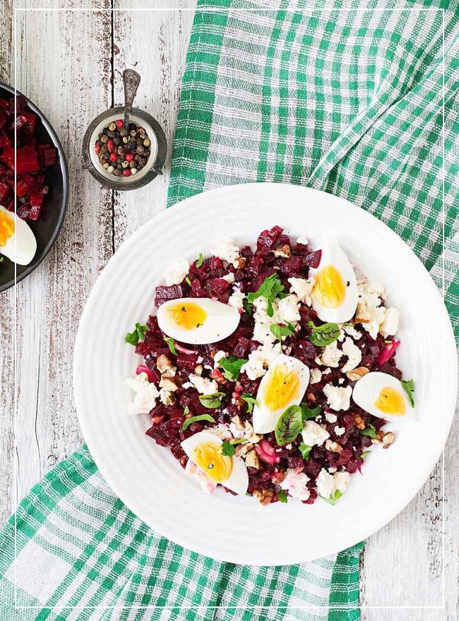 Rote Beete-Salat mit Ei und Walnüssen