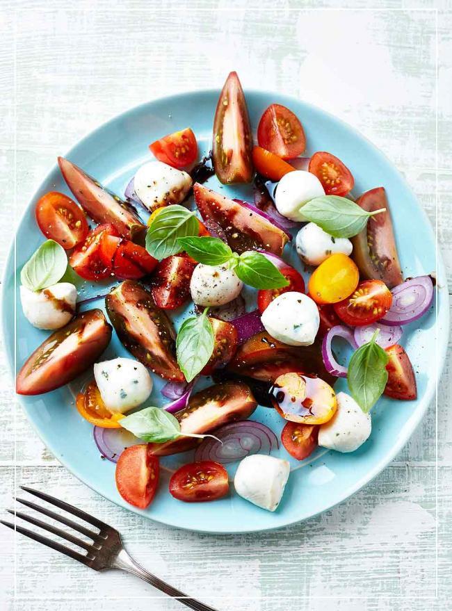 Tomate-Mozzarella mit Zwiebeln