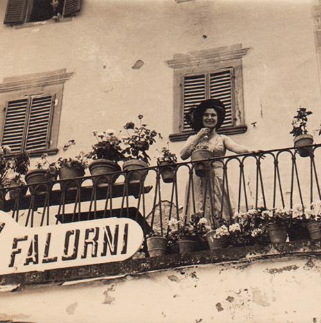 Alda Falorni auf dem Balkon der Metzgerei