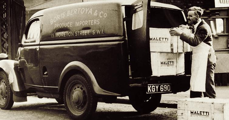 Mitarbeiter in den 50iger Jahren lädt Maletti Transporter ein